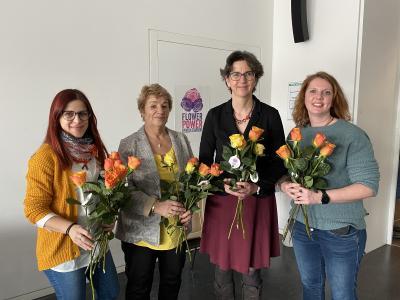 Ulrike Messerschmidt, Kanzlerin der Hochschule Aalen, verteilte Fairtrade-Rosen an die Mitarbeiterinnen © Hochschule Aalen | Janine Soika