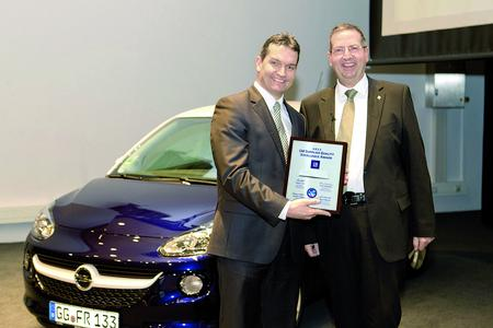 Wendelin Backes, Global Key Account Management GM (left), receives the GM Supplier Quality Excellence Award 2012 for the Schaeffler plant in Lahr from Bernd Moser, Director Program Management Opel / Vauxhall & GME Supplier Quality
