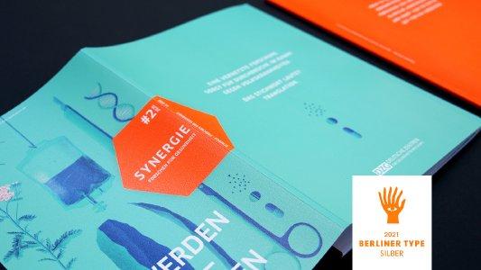 Gemeinsam mit unserem Kunden freuen wir uns sehr über den Awardgewinn des renommierten Kreativwettbewerbs. Die ausdrucksstarke Gestaltung des Magazins »SYNERGIE« zeigt mit intensiver Farbigkeit, mit Präzision und Lebendigkeit die Vielfalt und Tiefe der Forschungsthemen, mit denen sich die Deutschen Zentren der Gesundheitsforschung (DZG) für die Bekämpfung der großen Volkskrankheiten einsetzen.