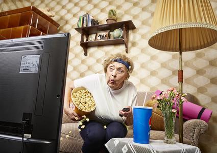 Flachbild-Fernseher stehen bereits in 80% aller Haushalte mit Kabelanschluss – in allen Bevölkerungsschichten: Auch bei älteren Zuschauern ist der Röhrenbildschirm