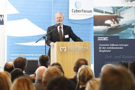 Wirtschaftsexperte Prof. Dr. Henkel war zu Gast beim Infomarkt  des CyberForums und des Marketingclubs Karlsruhe
