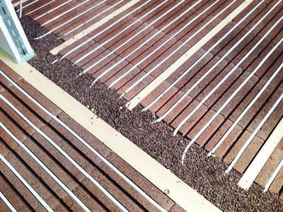 Trocken, dauerhaft, ökologisch: Der Verbund aus Cemwood CW 2000 mit Lithotherm Fußbodenheizung.