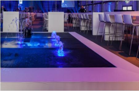 Die dekorativen Wasserbecken wurden mit blauen und pinken  Lichteffekten in Szene gesetzt