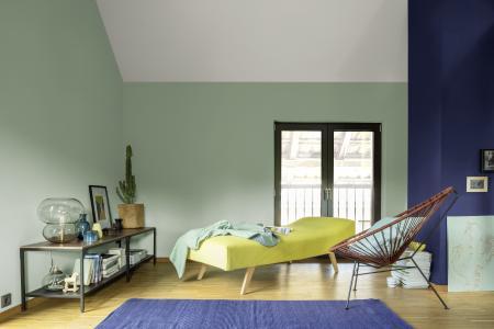 Wohnbereich in moderner Retro-Optik: 3D Mint 55 mit Kamin in 3D Lavendel 155 und feinen Akzenten in Gelb, Mint und Anthrazit. (Foto: Caparol Farben Lacke Bautenschutz/Blitzwerk.de)
