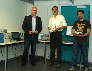 Von links nach rechts: Prof. Dr. Norbert Rösch, Prof. Dr. Bernhard Schiefer (Prodekan) und Alexander Münzberg (Assistent) freuen sich über die neue Ausstattung des Biosignallabors