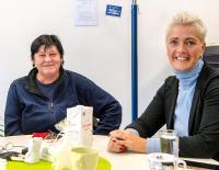 Milch und Kaffee statt Bier und Schnaps: Gabriele Michels (l.) ist froh, mithilfe der Gebietsleiterin Brigitte Erang über Zeitarbeit den Weg zurück in die Gesellschaft gefunden zu haben
