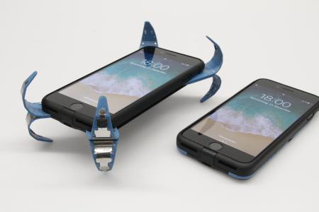 In der aktiven Schutzhülle es Smartphones sind Sensoren eingebaut, die den freien Fall erkennen und sofort vier dämpfende Elemente ausfahren / Bildhinweis: © mechatronic factory GmbH/ Nina Schmidt