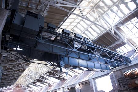 Zu dem von der Technik geprägten Ambiente trägt auch die am alten Platz belassene und farblich von der Umgebung abgesetzte Kranbahn bei.
