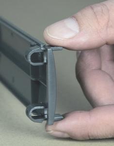 Die Rackblenden mit fest integrierten Befestigungsclips lassen sich in Sekundenschnelle am Rack anbringen.