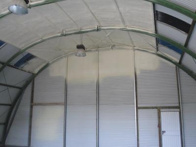 Wärmeisolierend und luftdicht – Schröder Spritzschaumtechnik isoliert Hallen und Gebäude nachträglich mit schnell reagierendem Polyurethan-Schaum
