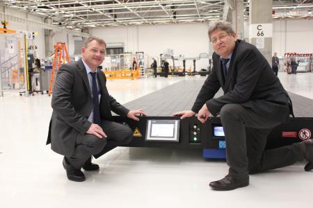 Werner Steinert (links), Leiter Messtechnik im VW-Werk Września, und Andreas Witte, Geschäftsführer des gleichnamigen Unternehmens, weisen darauf hin, dass die Transportplatten durch die Siemenssteuerung und integrierte Systeme eine Intelligenz aufweisen, die ein sicheres autarkes Fahren möglich macht