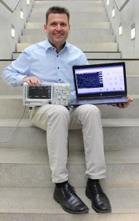 Prof. Dr. Stefan Hörmann lehrt Elektronik und Informatik an der Hochschule Aalen – und hat jetzt die Software für ein virtuelles Oszilloskop entwickelt. Damit sind die Studierenden nicht mehr darauf angewiesen, im Labor den Umgang mit diesem komplexen Messgerät zu üben, sondern ganz bequem von zu Hause. Ziemlich praktisch – nicht nur in Zeiten wie diesen / Bildhinweis: © Hochschule Aalen   Saskia Stüven-Kazi