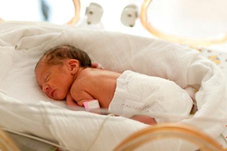 Das Fehlen der räumlichen Begrenzung und der sensorischen Reize durch die Gebärmutter wird bislang in Inkubatoren nicht aufgefangen. Dadurch geht wichtige Therapiezeit verloren. Dies führt im Laufe der Kindesentwicklung häufig zu therapiebedürftigen sensorischen und motorischen Defiziten. © Tobilander - Fotolia.com
