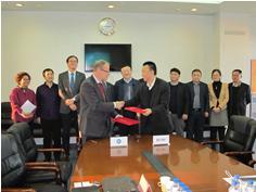 An Zhongyi, Geschäftsführer der CRRC Changchun Railway Vehicles Co. Ltd., und Klaus Bosch, Geschäftsführer der TÜV SÜD Rail GmbH, bei der Vertragsunterzeichnung in Changchun