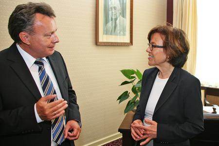 Geschäftsführer Dr. Josef Staub im Gespräch mit Ministerin Margit Conrad.