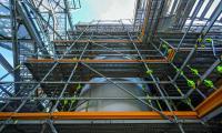 Bild 7 Aufgrund der geometrischen Anpassungsmöglichkeiten im 25-cm-Systemraster ließen sich auch die PERI UP Belagsebenen nahezu lückenlos ausbilden. (Foto: PERI Deutschland)
