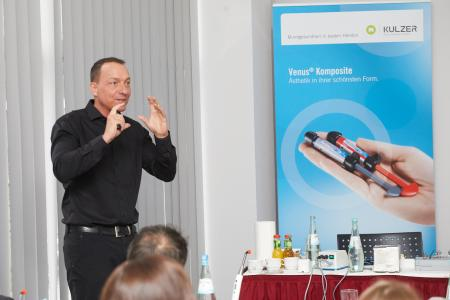 In einem kurzweiligen Vortrag gab Prof. Dr. Frankenberger den Teilnehmern ein Update zur adhäsiven Zahnmedizin mit Kompositen / Bildnachweise: ©Kulzer/picture alliance/Boxler
