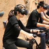 Mit einer VR-Brille versetzt VirZOOM die Trainierenden in die virtuelle Welt. Diese Erfahrung bringt Life Fitness dank seiner Digital Ventures Group in die Fitnessstudios
