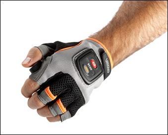 Über einen speziellen Handschuh lassen  sich mit Crown Quick Pick™ Remote die Niederhubkommissionierer aus der Ferne bedienen