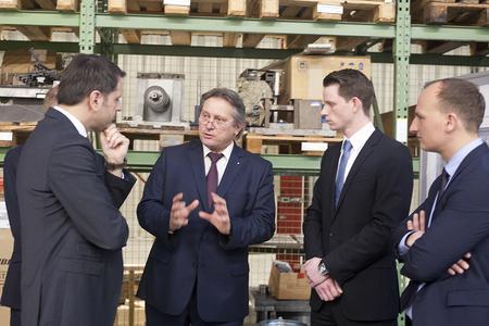 Ingenieure unter sich (von links): Minister Olaf Lies, Professor Peter Nyhuis, Projektingenieur Stefan Willeke und IPH-Geschäftsführer Dr. Georg Ullmann. (Foto: Johannes Stein / IPH)