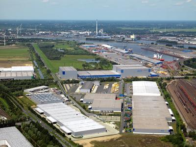 """Im Bereich Autoteilelogistik bewirtschaftet die BLG 300.000 Quadratmeter Hallenfläche in Bremen – dazu gehört auch der Neubau """"LC GVZ 2"""" (vorne links)"""