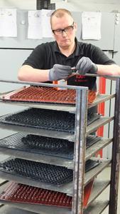 EJOT Mitarbeiter Matthias Marburger bei der Qualitätskontrolle