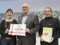 Dagmar Hildebrandt-Linne (links) und Martin Bachmann (rechts) erhalten den symbolischen Spendenscheck von Mahr-Geschäftsführer Stephan Gais