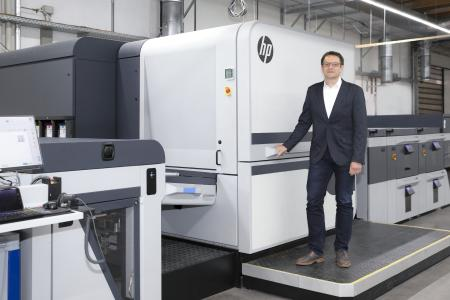 The HP Indigo 100K has been up and running at the Onlineprinters production site in Neustadt an der Aisch already since August 2019. The digital printing experts of Onlineprinters had the opportunity to learn all about HP's latest addition to the Indigo family during running operation. Jürgen Winkler, Director Operations of Onlineprinters, and his team participated in the development of the new printing press in advance of its market launch / Copyright: Thomas Paulus/Onlineprinters GmbH