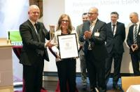 Michaela Koch von der EKM nimmt den KVI Innovationspreis entgegen