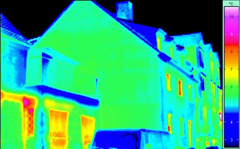 Auf dem Bild das gleiche Haus mit Fassadendämmung. (Foto: Caparol Farben Lacke Bautenschutz)