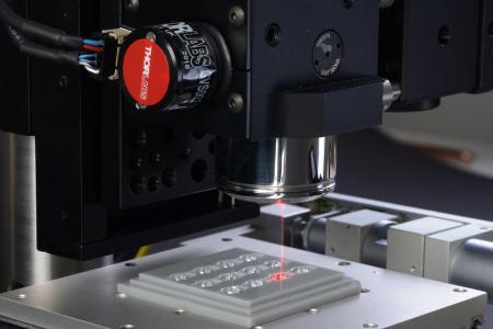OCT-Scankopf mit Linsentray zur Form- und Zentrierprüfung spritzgegossener Mikrolinsen