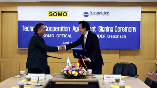 Dr. Josef Staub , Geschäftsführer der Schneider-Gruppe und Soo Joon Shin, Vorstand der Somo Optical Co., Ltd besiegelten am 23. September 2009 per Handschlag die Zusammenarbeit beider Unternehmen