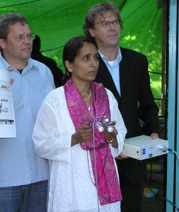 JADENT-Firmeninhaber Klaus-Jürgen Janik(re.) übergibt eine JADENT Lupenbrille mit Beleuchtung an Savita Apte, Schwester von Dr. Panchwagh. Li. Sigmund Opferkuch, Zahntechnikermeister in Aalen-Treppach und Gründer der NFI.
