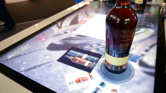 Egal ob hochwertige Spirituosen oder Kosmetik: Der Touchscreen erkennt das Produkt und blendet automatisch weitergehende Informationen ein. (c) 3M