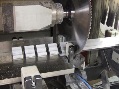 Schnelle Herstellung von Kleinteilen auf dem elumatec-Stabbearbeitungszentrum SBZ 151: Exaktes Sägen durch den Taktspanner – dann nimmt ein Blech die Kleinteile auf, damit sie nicht ins Maschinenbett fallen
