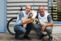 Auf Du und Du mit dem Rad: Dieter Siebert (links) und Maik Gerhardt lassen sich den täglichen Weg mit dem Rad zur Arbeit durchs Wetter nicht vermiesen. Der Lohn fürs Strampeln: mehr Lebensqualität und eine Bonuszahlung vom Chef am Ende des Jahres