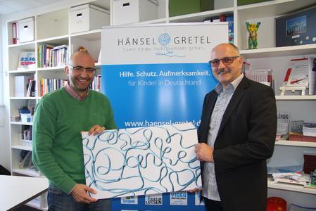 Jerome Braun, Geschäftsführer der Stiftung Hänsel+Gretel (links), mit Uwe Seuferle, Betriebsleiter von winkler in Karlsruhe