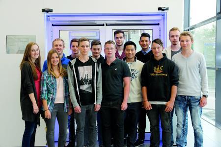 Gruppenbild im GEZE Showroom: Für dreizehn junge Menschen begann Anfang September 2014 bei GEZE die Berufsausbildung, Foto: GEZE GmbH