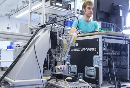 3D-Schwingungsmessung an einem Versuchsmodell. Foto: Universität Stuttgart/ITM