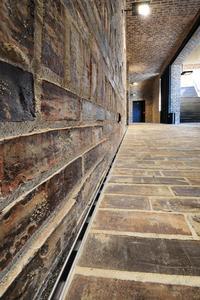 Die Wände des Kolonnadeninnenraums gegenüber dem Museumseingang sind mit den dezenten Schlitzrinnen Lamina gesäumt. Somit ist eine zuverlässige Entwässerung gewährleistet / Foto: Richard Brink GmbH & Co. KG