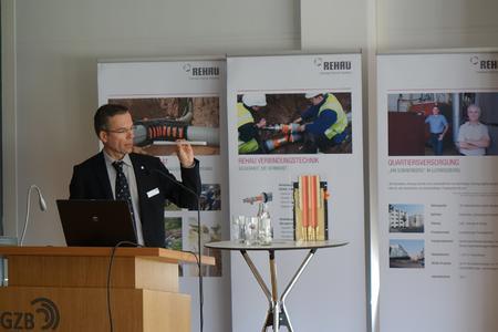 Olaf Kruse, Projektleiter für kommunale Wärmenetze bei REHAU, stellte die Vorteile polymerer Rohrsysteme für Nahwärmenetze vor