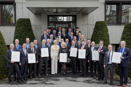 Vor der Unternehmenszentrale stellten sich die Preisträger und Mitarbeitende von HARTING zum Gruppenfoto