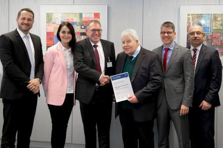 """Christian Hasslinger (3. v. l.), Bosch, überreicht gemeinsam mit Liliia Bagatova (2. v. l.), Bosch, die Auszeichnung als """"Preferred Supplier"""" an die MAPAL Vertreter Dr. Dieter Kress (3. v. r.), Dr. Jochen Kress (2. v. r.), Siegfried Wendel (rechts), Global Sales Director, und Key Account Manager Michael Kokoschka (links)"""