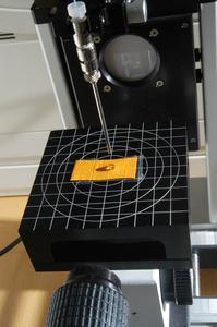 An den Hohenstein Instituten wird u. a. die Fähigkeit von Textilien zur Aufnahme und Ableitung von Feuchtigkeit untersucht. Im Bild: Ermittlung des Benetzungsindexes