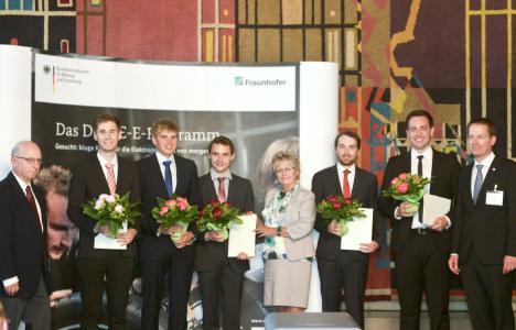 Die DRIVE-E-Studienpreisträger 2016 mit den Gratulanten vom Bundesforschungsministerium, von der Stadt Braunschweig und der Fraunhofer-Gesellschaft. Bild: Isabell Massel / DRIVE-E