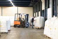 Die sht bietet für die Kunststoffindustrie ein breites Spektrum an Dienstleistungen von der Lagerung über den Transport bis hin zu produktionsvorbereitenden Tätigkeiten. (Foto: sht)