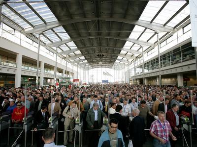 Besuchermengen strömen an den Eingang West zur bauma (Quelle: Messe München, Archiv 2007)