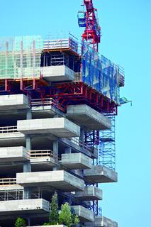 Eine RCS Schutzwand dient der Einhausung der obersten zwei Geschosse – das erhöht die Sicherheit und beschleunigt die Arbeitsabläufe (Foto: PERI GmbH)