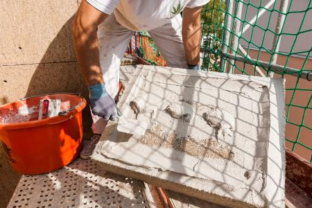 Geübte Praxis: Hanfdämmplatten von Caparol werden nach der Wulst-Punkt-Methode mit Armiermörtel versehen, … (Foto: Caparol Farben Lacke Bautenschutz/Sergey Kleptcha)