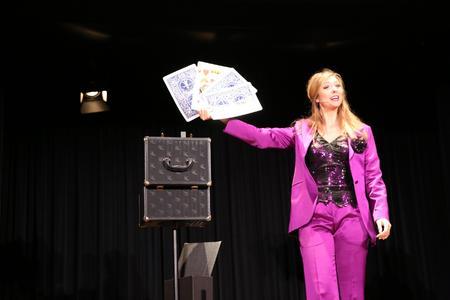 Magische Momente beim Galadinner: Im Rahmenprogramm verblüffte Illusionistin Alana die Gäste mit Tricks und Zauberkunststücken